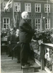 Borgmester Mads Jacobsen holder tale ved befrielsen 5. maj 1945 på Varde Torv